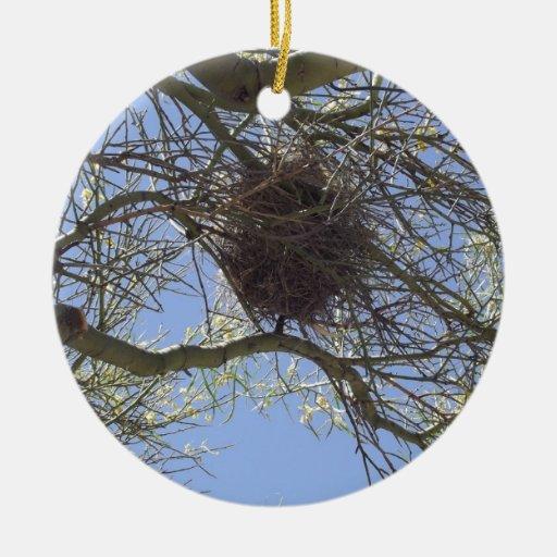 Jerarquía del pájaro en ramas adorno navideño redondo de cerámica