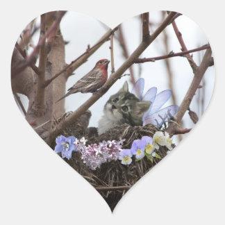 Jerarquía linda del gatito y del pájaro pegatina en forma de corazón