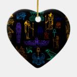Jeroglíficos y símbolos egipcios antiguos adorno navideño de cerámica en forma de corazón