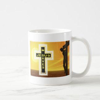 Jesús ahorra picyure de la crucifixión taza clásica