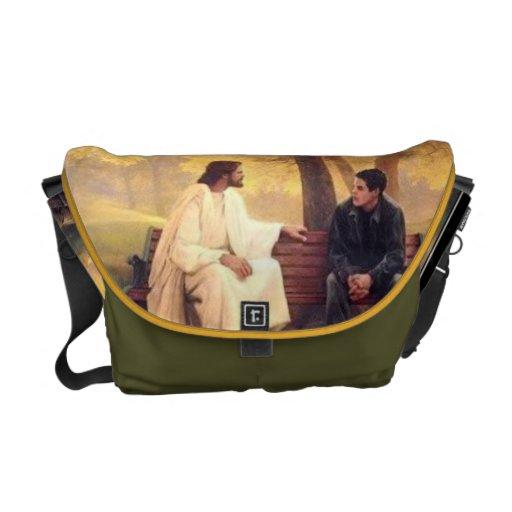 Jesús cuida la bolsa de mensajero del carrito bolsas de mensajería