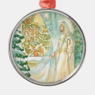 Jesús en el navidad que mira con el velo de la adorno redondo plateado