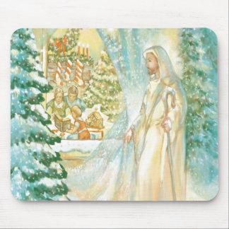 Jesús en el navidad que mira con el velo de la nie mousepads