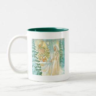 Jesús en el navidad que mira con el velo de la nie taza dos tonos