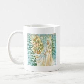 Jesús en el navidad que mira con el velo de la nie taza básica blanca