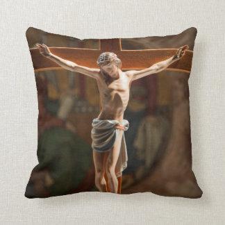 Jesús en la cruz cojín