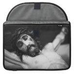Jesús en la cruz fundas para macbook pro