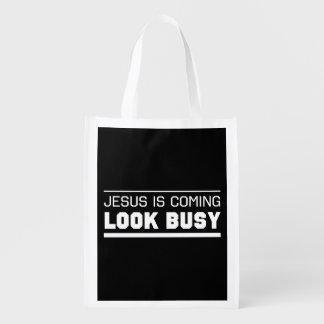 Jesús es mirada que viene ocupada bolsa para la compra