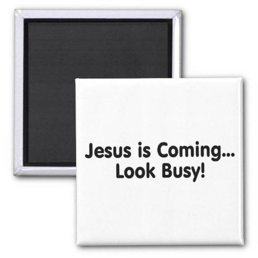 Jesús es mirada que viene ocupada imán cuadrado