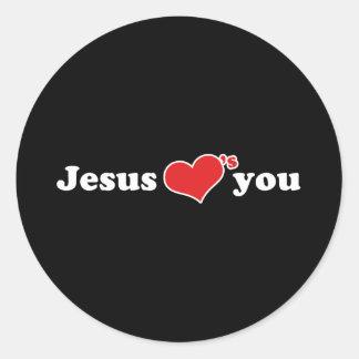 Jesús le ama corazón pegatina redonda