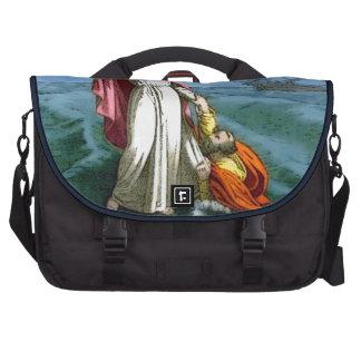Jesús que camina en el agua bolsas para portatil