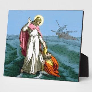Jesús que camina en el agua placas para mostrar