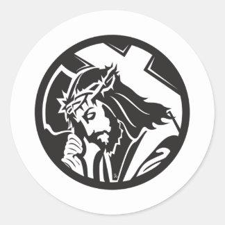 Jesús que lleva la cruz pegatina redonda