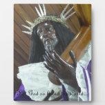 Jesús que lleva la cruz placas con foto