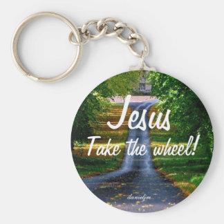 Jesús toma el llavero de la rueda