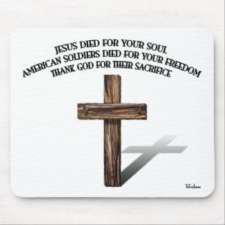 Jesús y los soldados americanos con la cruz rugosa alfombrillas de raton
