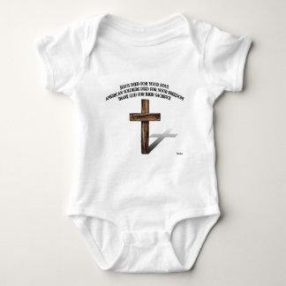 Jesús y los soldados americanos con la cruz rugosa mameluco de bebé