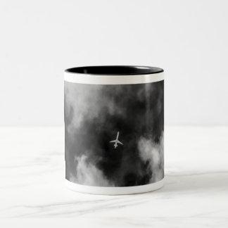 Jet alto en el cielo taza de café de dos colores