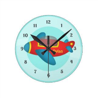 Jet colorido lindo del avión para los niños reloj redondo mediano
