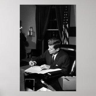JFK que firma la cuarentena de Cuba Póster