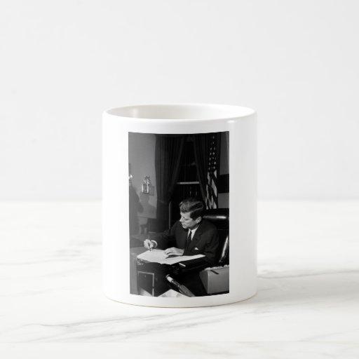 JFK que firma la cuarentena de Cuba Taza De Café
