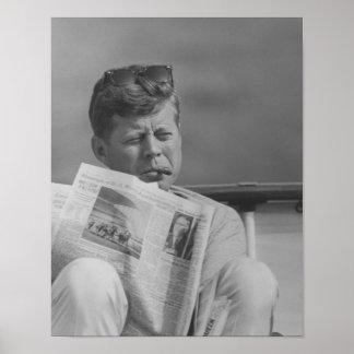 JFK que se relaja afuera Póster