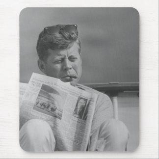 JFK que se relaja afuera Alfombrilla De Ratón