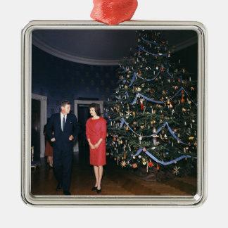 JFK y ornamento del navidad de Jacoba Kennedy Adorno Cuadrado Plateado
