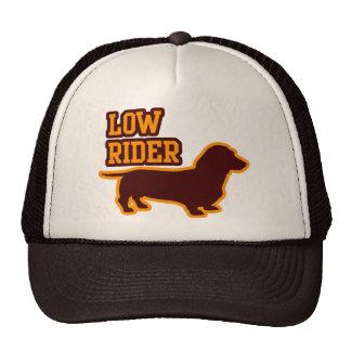 Jinete bajo gorras de camionero