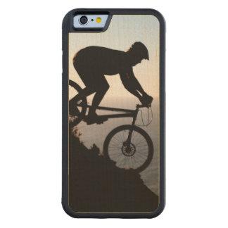 Jinete de la bici de montaña. Cabeza de los Funda De iPhone 6 Bumper Arce