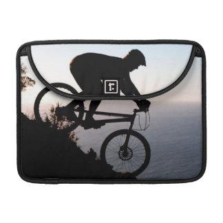 Jinete de la bici de montaña. Cabeza de los Funda Para Macbook Pro