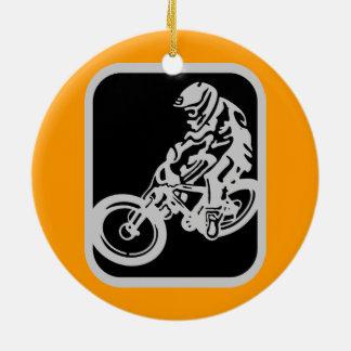 Jinete de la bici de montaña adorno redondo de cerámica