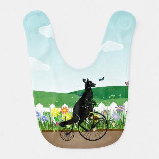 Jinete de la bici del canguro en un día de babero