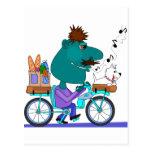 Jinete de la bicicleta que silba postal