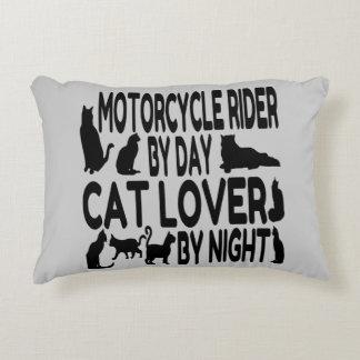 Jinete de la motocicleta del amante del gato cojín decorativo