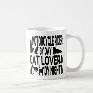 Jinete de la motocicleta del amante del gato taza básica blanca