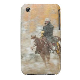 Jinete de lomo de caballo en lluvia iPhone 3 fundas