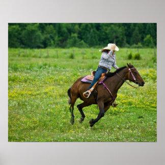 Jinete de lomo de caballo que galopa en pasto rura póster