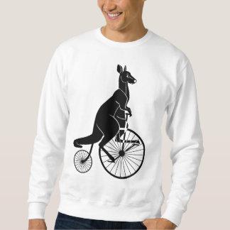 Jinete del canguro en la bici del comino del suéter