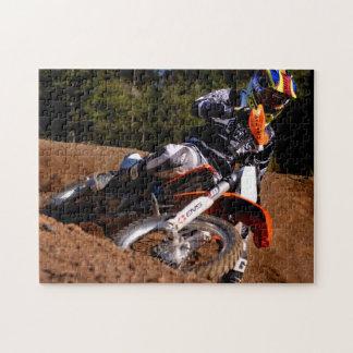 Jinete del motocrós que compite con difícilmente a puzzle con fotos