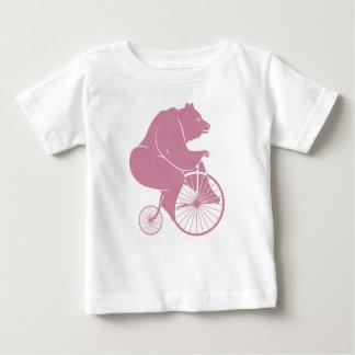 Jinete del oso en la bici del comino del penique playera