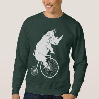 Jinete del rinoceronte en una bici del comino del suéter