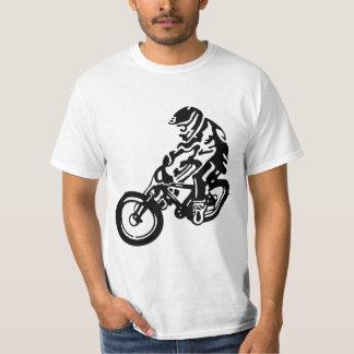 Jinete en declive de la bici de montaña playera