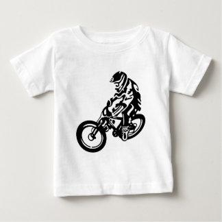 Jinete en declive de la bici de montaña playera de bebé