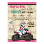 Jinete rosado y negro del chica ATV