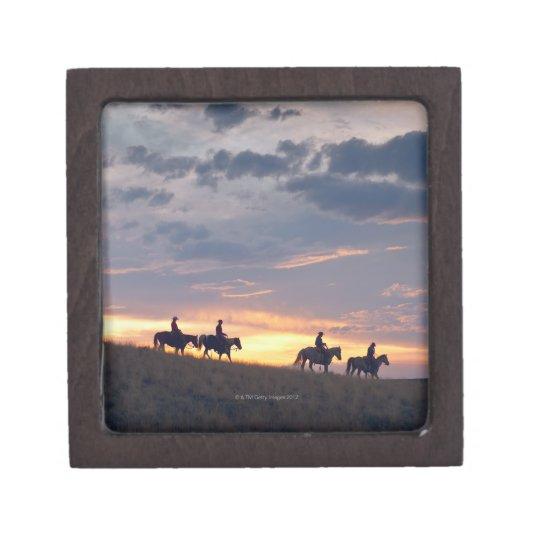 Jinetes de lomo de caballo en la puesta del sol 2 cajas de recuerdo de calidad