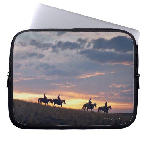 Jinetes de lomo de caballo en la puesta del sol 2 manga portátil