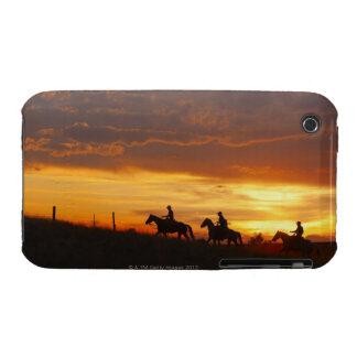 Jinetes de lomo de caballo en la puesta del sol iPhone 3 protector