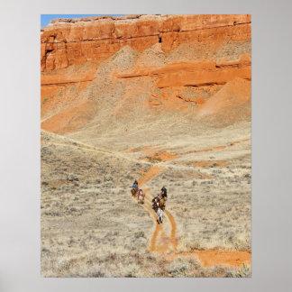 Jinetes de lomo de caballo en rastro póster