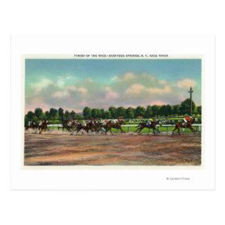 Jinetes que acaban la carrera de caballos en el tarjeta postal